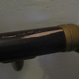 階段手摺木部大きな剥れ 補修前