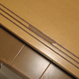 階段踏板溝大きな欠け 補修前