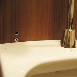 男子便器上部メラミン化粧板大きな穴-メラミンキズ補修事例- 補修前