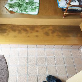 >玄関式台広範囲しみ単板貼り 補修前